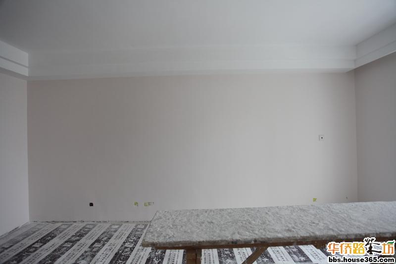 客厅墙面装饰效果图:生机盎然的绿色,白色的花架,个性