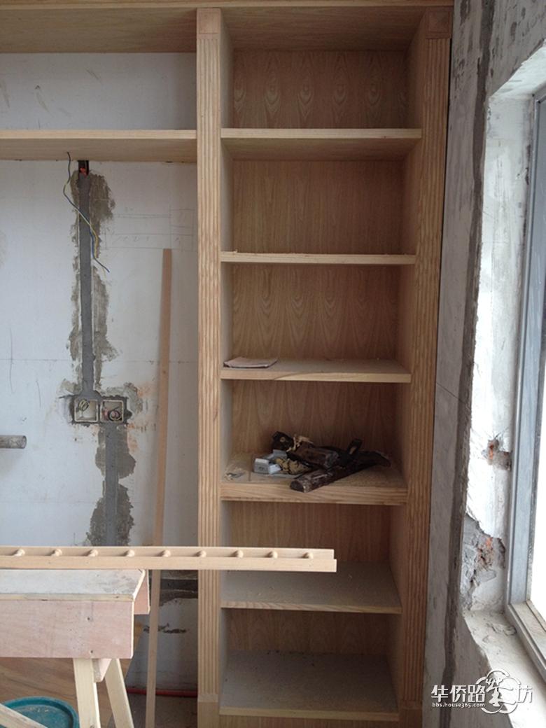 10月20日 今天瓦工结束了,我们到房子里的时候瓦工已经回家了。所有要贴磁砖的地方已经贴好,楼上卫生间的门边的有一部分磁砖没有到边,也没有用水泥填平,不知道是否会对门套有影响。厨房里还放着几根过门石和窗台石,不知道为什么没有贴。 阳台的杉木吊顶完成了,主卧背景的小栏杆也装好了。