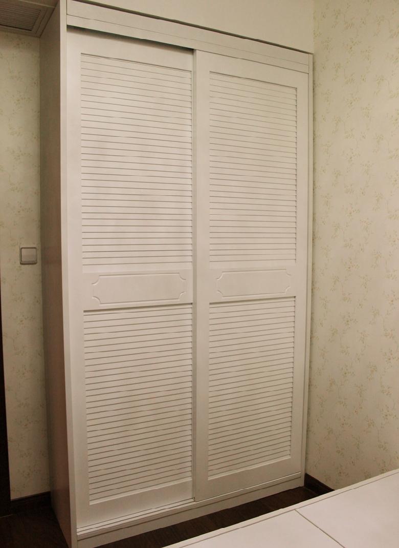 白色实木百叶移门衣柜