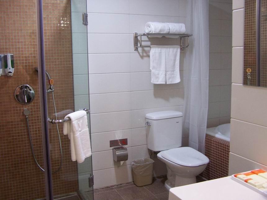 玻璃房的水渍,可以去超市买一个适合自己家淋浴房玻璃门大小高清图片