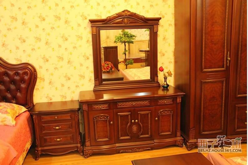 这是一场中式实木家具大赏,你注意到了吗?下列的实木家具图片中,款款线条简洁流畅,设计精巧,多以深色为主,选材高档。与欧美日韩风格完全不一样,它拥有自己的独特东方魅力。在这个欧美日韩风盛行的年代,选择中式实木家具,绝对能显示出自己的独特品位和个性哦。接下来,就让我们沉浸在一幅幅清新自然的中式实木家具图片中吧。  实木家具图片 点评:这幅实木家具图片为床头柜,造型简单朴实,设计新颖,一般的床头柜上下都是密封的柜子,而这款实木床头柜,上面却是敞开的设计,下面是抽屉。颜色自然清爽,带有木材原有的自然木纹,特别有韵