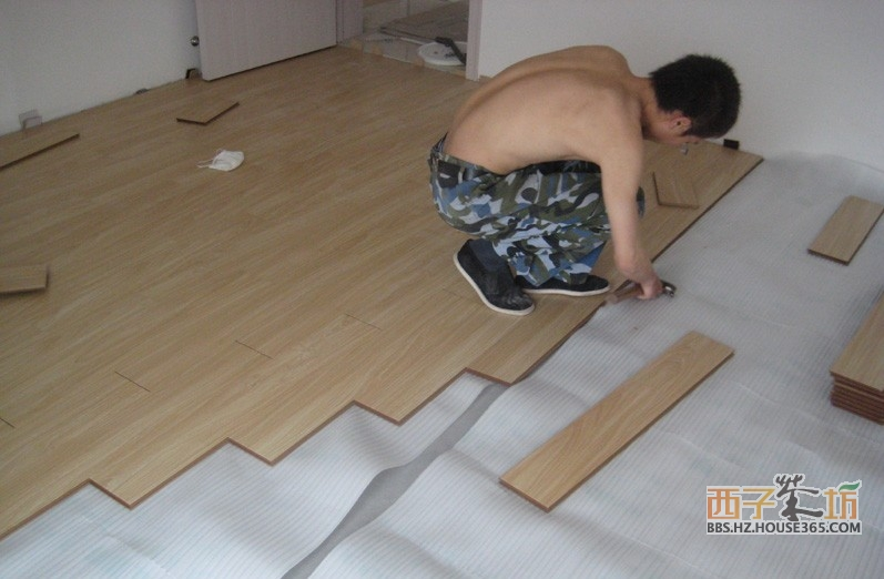 大家都说强化地板的安装简单、快捷,但这并不能说强化地板安装就没有讲究了。那如何安装强化地板呢?为了让大家对强化地板的安装有个清楚了解,下面就介绍强化地板的安装过程、细节及要求。 工具/原料 钳子、锯、电钻等 厚度均匀的小木块(1cm左右),安装时为了保证地板与墙面的缝隙均匀一直,就用小木块隔住。 铺在底层的防潮层,有两个作用,一是防潮;二是让脚感更舒适。通常铺一层就足够了,多了,铺好的地板就像浮在地面上,固定的不够牢靠。 待安装的强化地板  步骤/方法 如何安装强化地板1 钻孔——