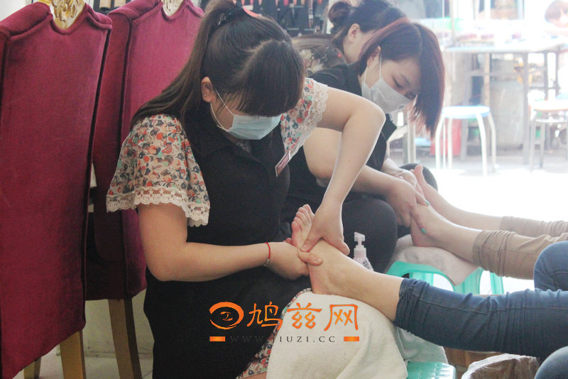 新娘/磨脚之后,程店长还为网友修剪了脚趾甲,多年的经验让她一眼...