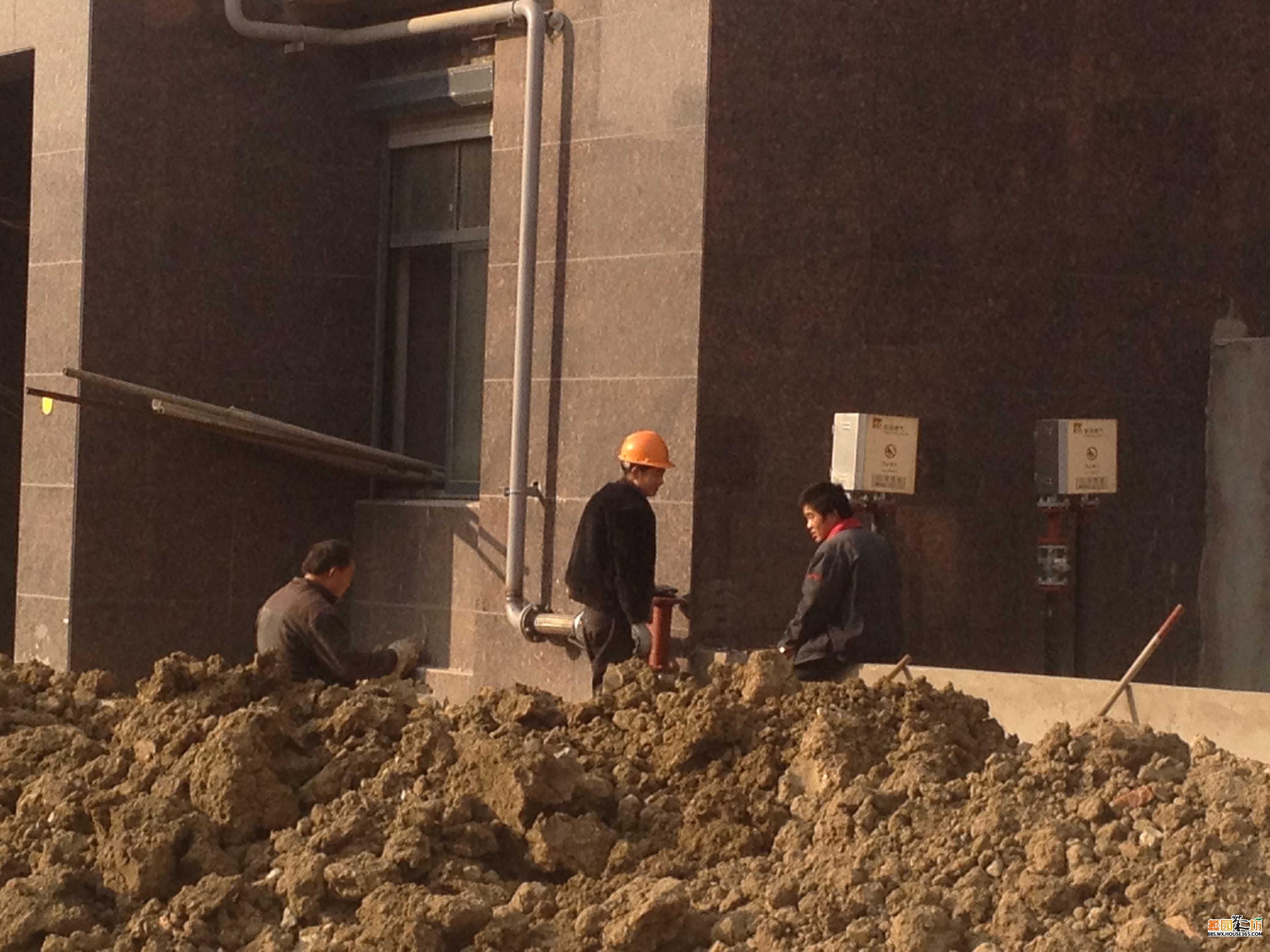 施工人员在安装水表