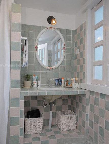 瓷砖背景墙图片:整个卫生间的设计时尚而大方,实用而方便.