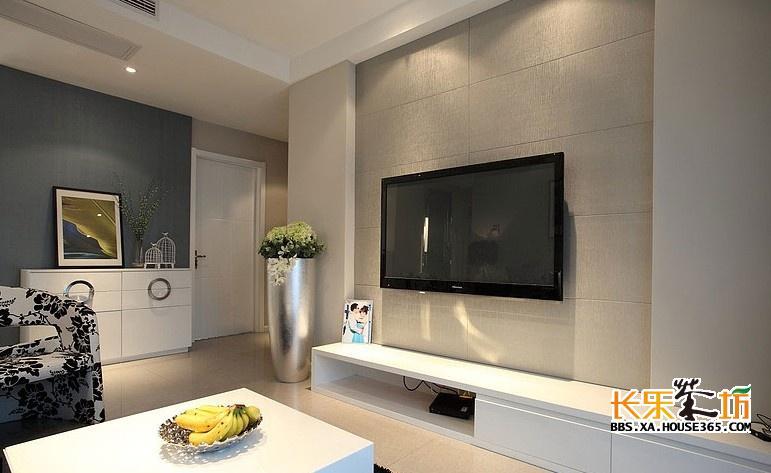 现在的人们或许不会花费大把时间去看电视,但是它仍然会在客厅占主导地位。以前只是随便地放在一个电视柜上,而今人们会巧妙地把它融入到客厅这个空间中去。因此各种姿态的电视墙应运而生。 来看看2013年家装客厅电视背景墙设计效果图,让你的客厅拥有一个新鲜姿态。 【镶嵌式电视柜 充分利用客厅空间】  2013年家装客厅电视背景墙设计效果图  2013年家装客厅电视背景墙设计效果图